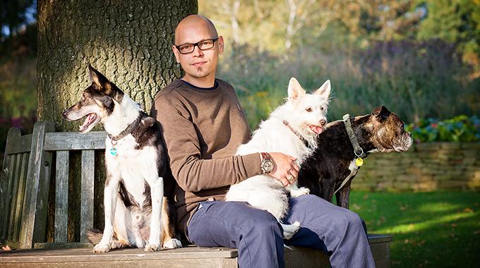 Hundetrainer Christian Niemand aus Dortmund zusammen mit seinen Hunden im Park